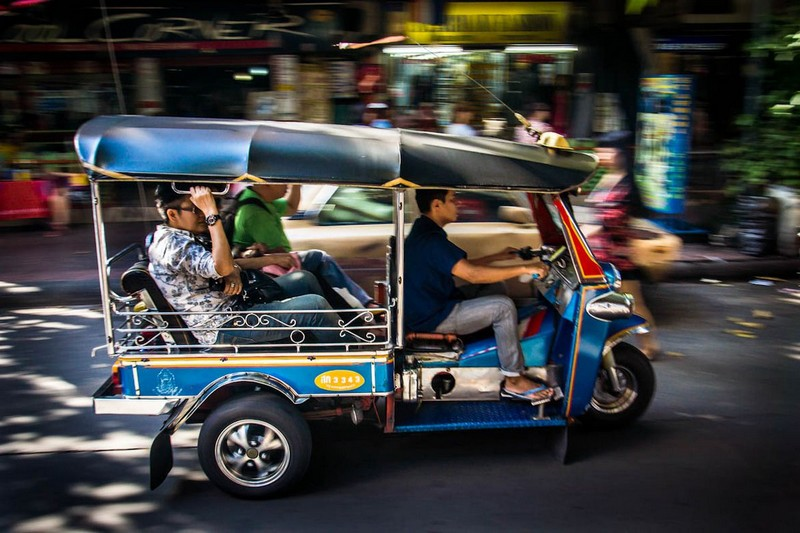 """Wanderlust Tips Magazine   Tuk tuk driver in Thailand is accused to """"slowdown and signal to bag snatchers"""""""